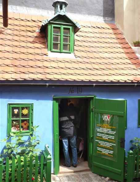 casa blu con porta e finestre verd