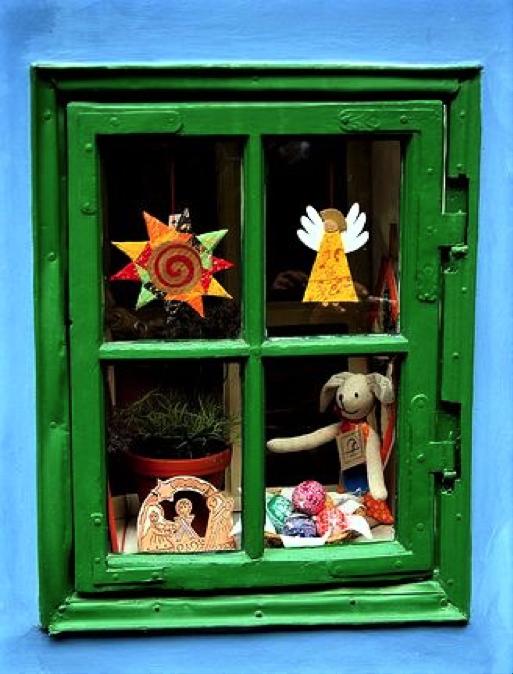 piccola finestrella verde con decorazioni