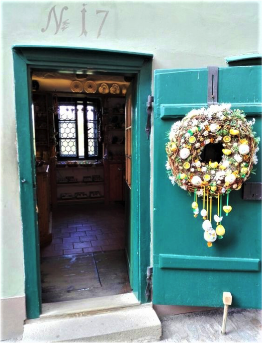 porticina verde con decorazione natalizia