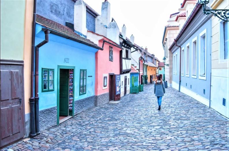 Casette colorate e strada acciottolata del Vicolo