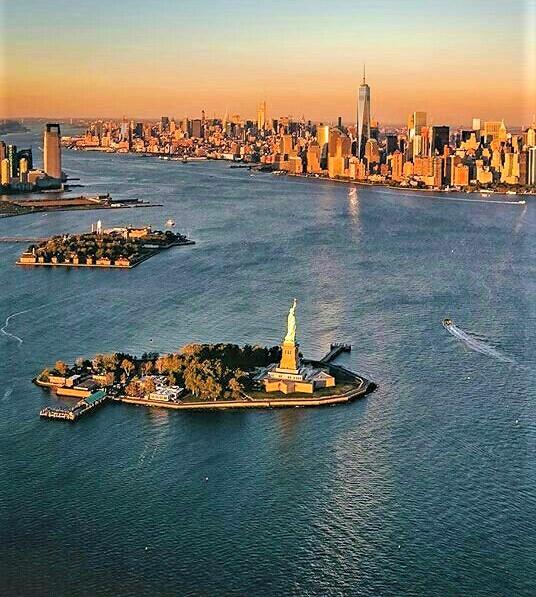 vista della statua della libertà e di Lower Manhattan