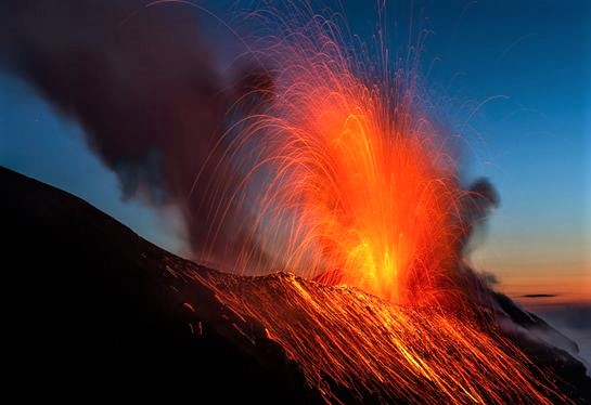eruzione dello Stromboli al tramonto