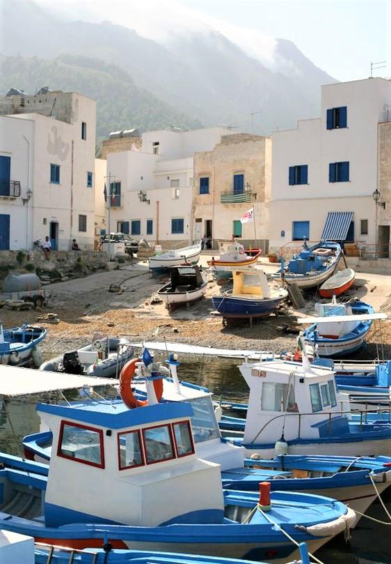 porto con tipiche barche delle isole eolie