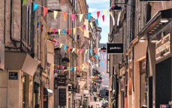Stradina di Avignone con bandierine colorate