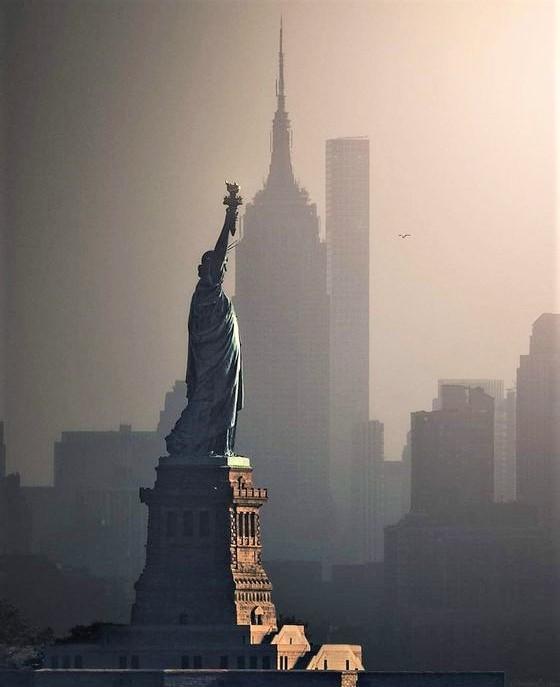 Statua della Libertà con sfondo grattacielo
