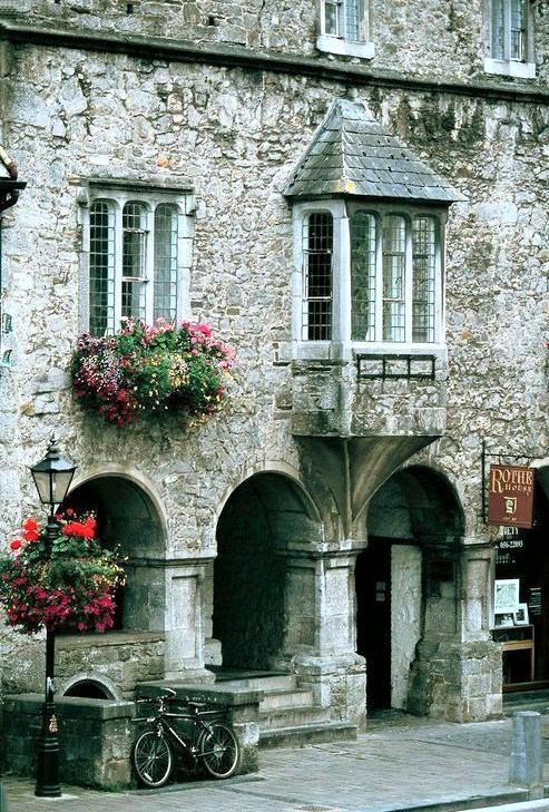 casa irlandese in mattoni con porticato