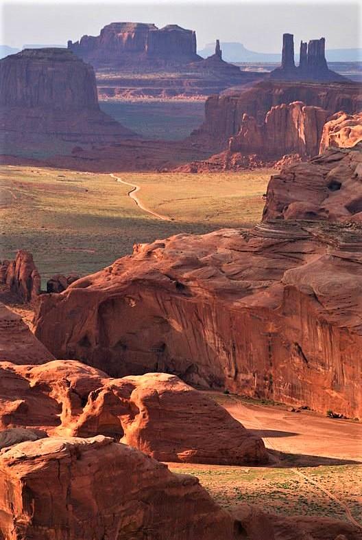 scorcio delle montagne del deserto con terra rossa