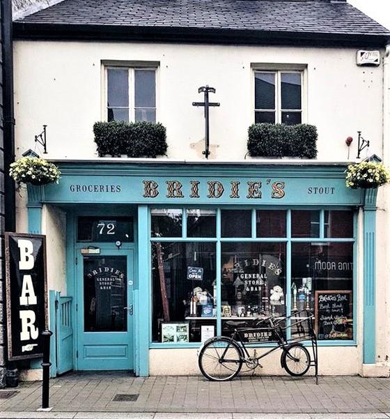 negozietto azzurro dell'Irlanda con bicicletta