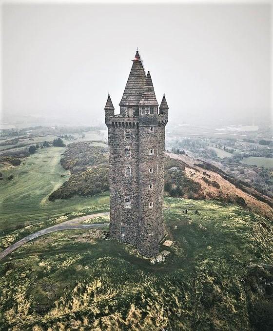 torre irlandese con paesaggio tipico