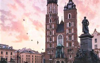coppia che bella nella piazza centrale di Cracovia