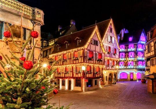 casette illuminate con decorazioni natalizie