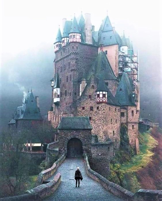 vista panoramica del castello con uomo